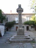 Croce Celtica all'interno di uno dei cortili della Ducea di Nelson  - Bronte (5425 clic)