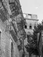 una stradina tipica e la torre campanaria GANGI Lucia Durisi