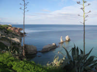 Dal lungomare, veduta sui faraglioni  - Terrasini (7859 clic)