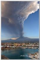 Eruzione Etna 18 Marzo 2012 Eruzione Etna vista dal Porto turistico di Riposto, spettacolare emissione di cenere vulcanica che si alza per diversi migliaia di metri per poi cadere nei comuni adiacenti.   - Giarre (6987 clic)