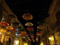 E anche se piovesse!!!! Particolare ed elegantre allestimento della via principale della Cittadina in occasione di eventi culturali.  - Sant'alfio (836 clic)
