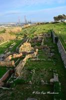 Scavi Archeologici Panoramica di una Necropoli, ruderi che si dividono il territorio con L'Anice, Industria petrolchimica di Gela.  - Gela (3795 clic)