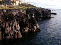 Scogliera vulcanica, eruzione del 1669 Scogliera vulcanica del 1669, la lava avanzò nel mare per oltre 400 mt per una estenzione di oltre 2Km.  - Catania (9558 clic)
