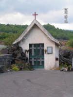La Gente di Fornazzo eresse questa chiesetta nel 1976 grata al cuore di Gusù per aver scampato al pericolo dell'eruzione del 1950. Il 3 Agosto 1979 altra colata lavica si Addosso alle sue pareti in maniera prodigiosa  si arrestava.  - Fornazzo (5503 clic)