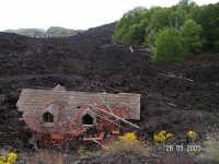 Etna, la lava inghiotte villa, visibile il tetto.  - Nicolosi (3841 clic)