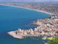 Veduta dal Bel Vedere, su Castellammare del Golfo. Nello sfondo il Porto, il Castello e la Spiaggia, il tutto contornato da uno spendido mare.  - Castellammare del golfo (2075 clic)