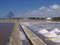 Marsala:le saline, si notano le enormi vasche dove vengono raccolte le montagnette di sale, munzeddi dal dialetto.  - Marsala (3440 clic)