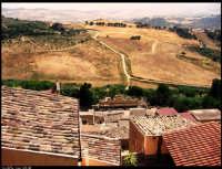 Leonforte (EN). A strapiombo dai tetti e poi il grande salto sui monti erei, verde e marrò è l?alternanza.  - Leonforte (4152 clic)