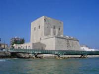 Di particolare interesse storico, la Torre Cabrera,costruita nell'anno 1429 a difesa del Caricatore stesso e sotto il dominio del Conte Giovanni Bernardo Cabrera.Divenuta attualmente Monumento Nazionale oltre che stemma e simbolo della città.  - Pozzallo (4985 clic)
