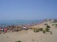 Pozzallo e le sue incantevoli spiagge con bagnanti....  - Pozzallo (9916 clic)