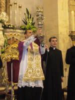 Festa della Vara 2007 - Vigilia 11 Agosto 2007 - L'Arciprete benedice tutti i fedeli con il reliquiario del capello della Madonna  - Fiumedinisi (3412 clic)