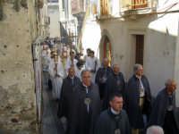 Festa della Vara 2007 - Festa 12 Agosto 2007 - L'arcivescovo viene accompagnato processionalmente fino al santuario della Matrice per presiedere il solenne pontificale  - Fiumedinisi (5003 clic)