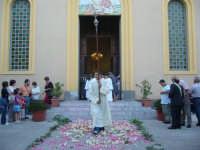 Corpus Domini 2007 - L'uscita della processione dalla chiesa parrocchiale di San Rocco  - Alì terme (3786 clic)
