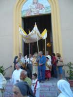 Corpus Domini 2007 - L'uscita dell'ostensorio con il tradizionale baldacchino dalla chiesa parrocchiale di San Rocco  - Alì terme (4790 clic)
