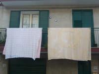 Corpus Domini 2007 - I tradizionali lenzuoli ricamati che vengono esposti ai balconi al passaggio della processione  - Alì terme (5212 clic)