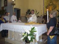 Corpus Domini 2007 - Il Diacono toglie l'ostia dall'ostensorio al termine della processione  - Alì terme (6369 clic)