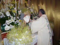 Giovedì Santo 2007. Il diacono sistema l'ostensorio nel tabernacolo del sepolcro.  - Alì terme (6881 clic)