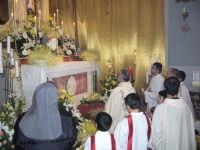 Giovedì Santo 2007. Un momento dell'adorazione dell'ostensorio davanti al tabernacolo del sepolcro.  - Alì terme (6407 clic)