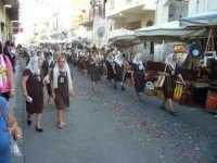 Festa Madonna Del Carmelo 2007 - Le Carmelitane di Santa Teresa di Riva. Come da tradizione alcune di esse camminano a piedi scalzi per l'intero tragitto della processione  - Santa teresa di riva (6149 clic)