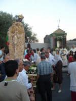 Festa Madonna Del Carmelo 2007 - Terminata la salita di Via Sparagonà, il corteo fa un lunga sosta di preghiera davanti all'altarino dedicato alla Madonna del Carmelo  - Santa teresa di riva (6162 clic)