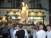 Festa Madonna Del Carmelo 2007 - Il simulacro della patrona viene issato dai devoti fra scroscianti applausi e numerose invocazioni  - Santa teresa di riva (5390 clic)