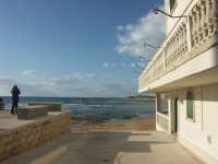 Luoghi del Commissario Montalbano: Punta Secca - panchine dove il commissario vede il tramonto  - Santa croce camerina (3733 clic)