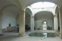 Luoghi del Commissario Montalbano: Marina di Ragusa, Villa Criscione - atrio con vasca  - Ragusa (15286 clic)