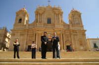 Inaugurazione Cattedrale di Noto - 18 giugno 2007 - L'Architetto Tringali intervistato davanti la Cattedrale  - Noto (2088 clic)