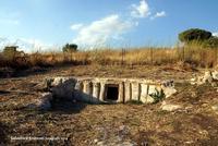 Tomba di Baravitalla (Cava Ispica lato nord) Cava Ispica lato nord: Tomba del principe - necropoli di Baravitalla  (Età del Bronzo Antiico (2200-1500 a.C.) Distante da Ispica meno di 20 chilometri, solo in pochi la conoscono. E' un importante monumento dell'archeologia siciliana.  - Modica (2141 clic)