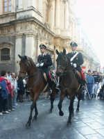 Infiorata: Carabinieri a cavallo davanti S. Carlo  - Noto (2999 clic)