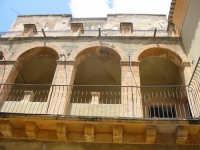 Scordia: Palazzo de Cristofaro - loggia cortile interno  - Scordia (2506 clic)