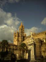 Quasi come un effetto di salvazione la luce ricopre e colpisce la cattedrale conferendole un effetto