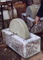 strumento in pietra per macinare i cereali  - Santa teresa di riva (4631 clic)