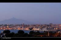 Siracusa porto grande - in evidenza il Santuario delle Madonna delle lacrime,il castello Maiace il Pantheon e naturalmente l'ETNA  - Siracusa (2040 clic)