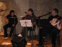 Concerto del gruppo I Beddi insieme al cantautore Domenico Mimi' Sterrantino. NATALE 2007 - Pastorale a Castelmola con vari presepi caratteristici per le vie del paese.    - Castelmola (3786 clic)