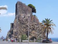 Castello incastonato sugli scogli a mare  - Aci castello (3501 clic)