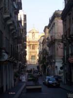 scrcio di via pacini con veduta della chiesa della madonna del Carmine  - Catania (3035 clic)