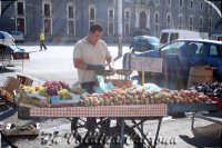 Mercato in Piazza Carlo Alberto una domenica mattina. Ph Valdina Calzona Ottobre 2008  - Catania (905 clic)