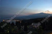 Giardini Naxos insieme alla maestosa Etna ripresa dall'alto, da Taormina. Ph Valdina Calzona 2009  - Taormina (4598 clic)