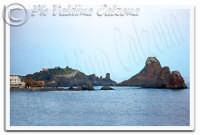 Un'altra visuale dell'isola Lachea e dei Faraglioni di Acitrezza. Ph Valdina Calzona 2009  - Aci trezza (3568 clic)