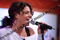 La stupefacente Manuela Villa mentre si esibisce nella sua nuova canzone- gennaio 2008  - Catania (1148 clic)