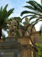 Statua di S. Vito con cupole della cattedrale come sfondo  - Mazara del vallo (1776 clic)