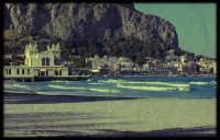 Scorcio di Mondello dalla spiaggia, in stile retrò/vintage.  - Mondello (6749 clic)