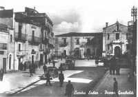 Foto storica di piazza garibaldi, tra gli anni 40 e 50,non so dirvi chi e l'autore della foto.  - Licodia eubea (8502 clic)