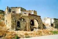 Le rovine di una masseria abbandonata  - Catenanuova (3906 clic)