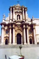 Piazza Duomo, la Cattedrale fu costruita inglobando il tempio greco di Atena.  - Siracusa (2814 clic)