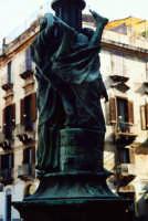 Scultura rappresentante la giovane Gammazita che precipita nel pozzo fra la disperazione della popolazione oppressa.  - Catania (2945 clic)