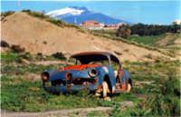 Rudere di auto con lo sfondo dell'Etna  - Misterbianco (5424 clic)