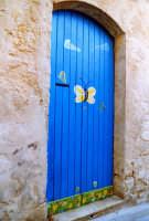 Allegre decorazioni su una porta. MODICA Giuseppe Zingarino