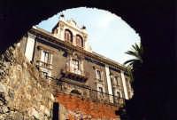 Palazzo Tezzano visto dalle rovine dell' Anfiteatro romano.  - Catania (2105 clic)